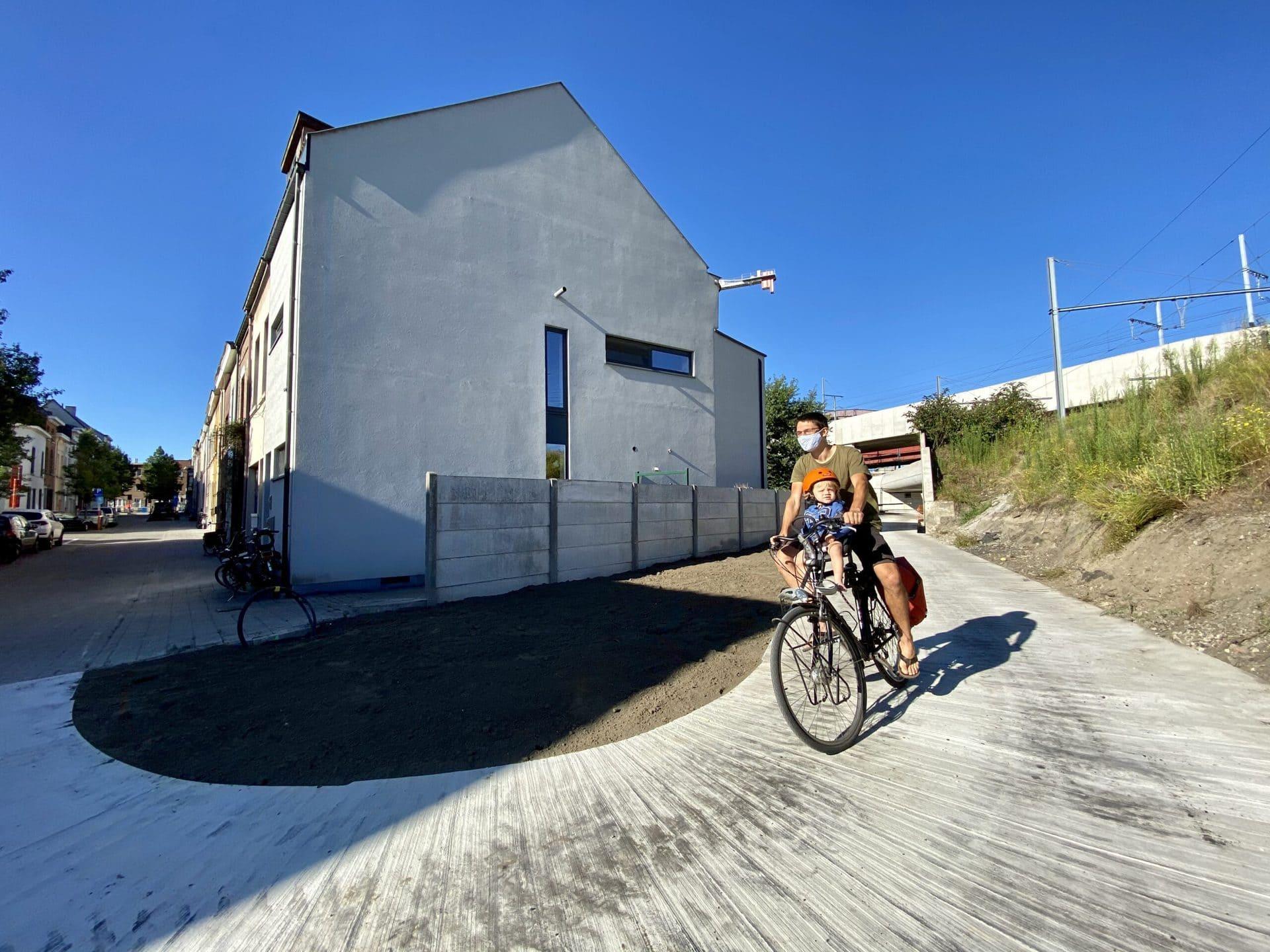 een stukje nieuw fietspad en verbint de wijk Arsenaal met het groen van de Dijlevallei.